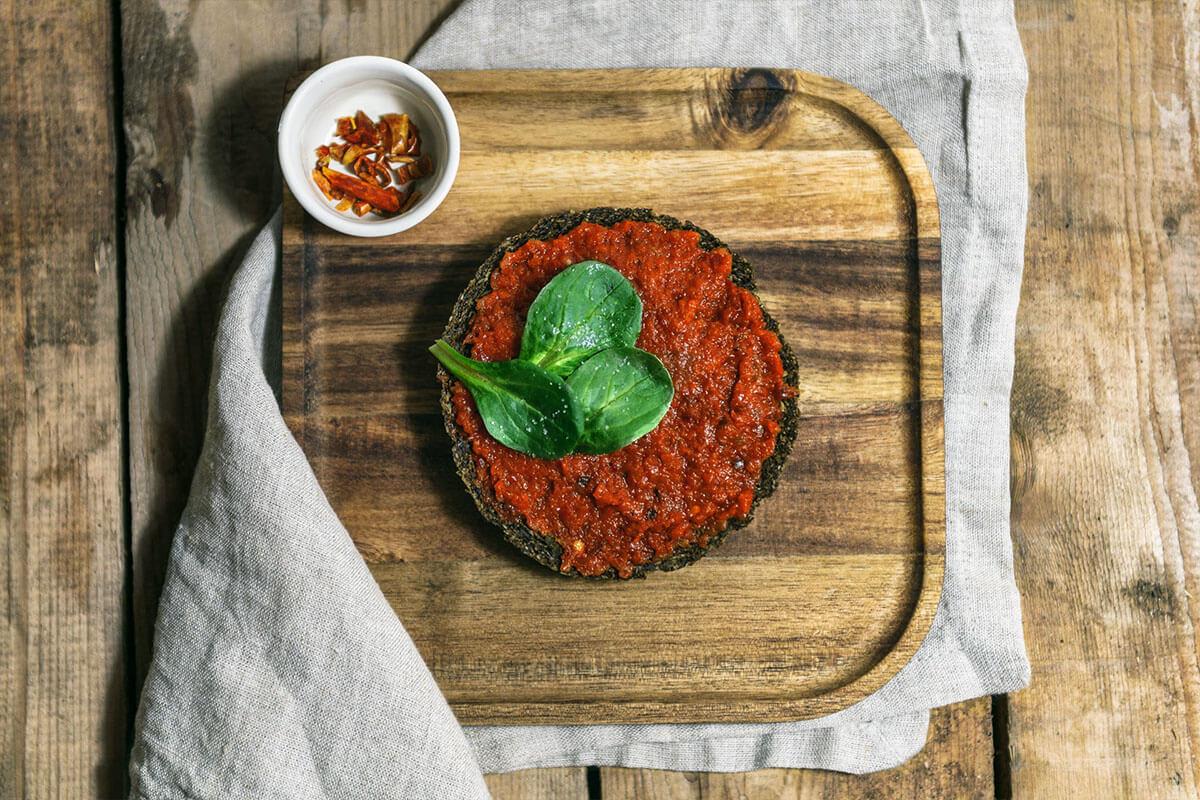 Keto Brot mit leckerer Paprika Creme, garniert mit etwas Salat